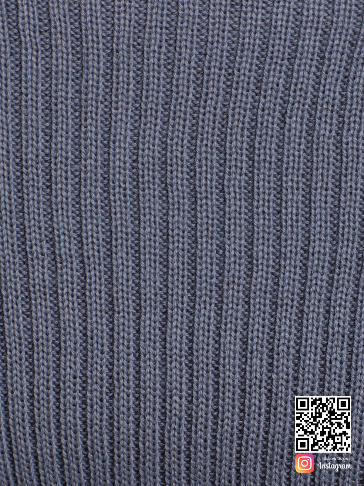 На шестой фотографии серый костюм с юбкой крупным планом от Shapar, бренда вязаной одежды ручной работы в интернет-магазине связанных спицами вещей.