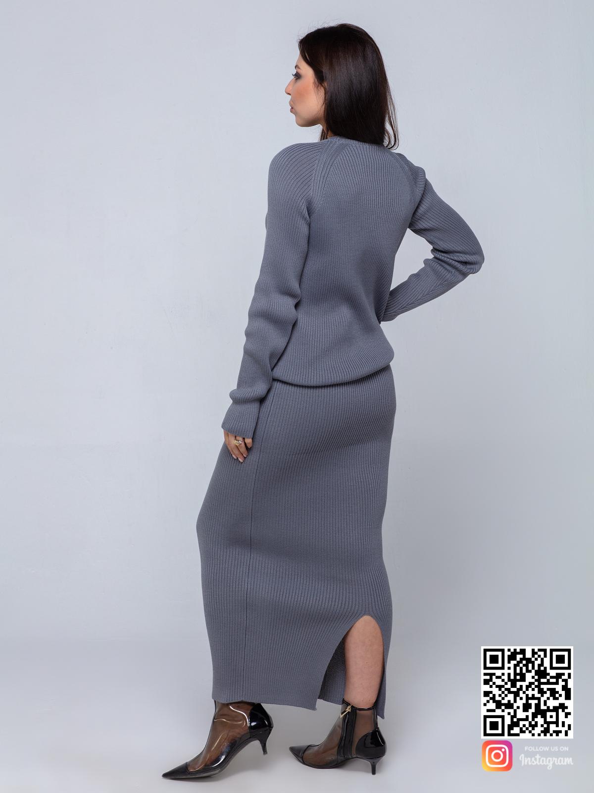 На второй фотографии модный серый костюм с длинной юбкой со спины от Shapar, бренда вязаной одежды ручной работы в интернет-магазине связанных спицами вещей.