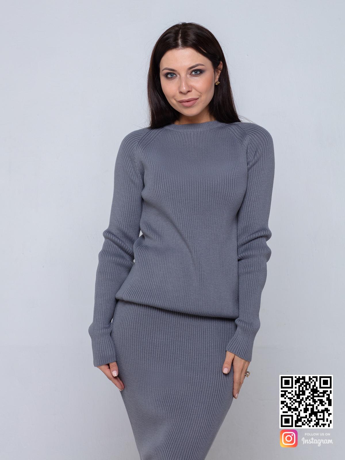 На третьей фотографии деловой серый костюм с юбкой для девушек и женщин от Shapar, бренда вязаной одежды ручной работы в интернет-магазине связанных спицами вещей.