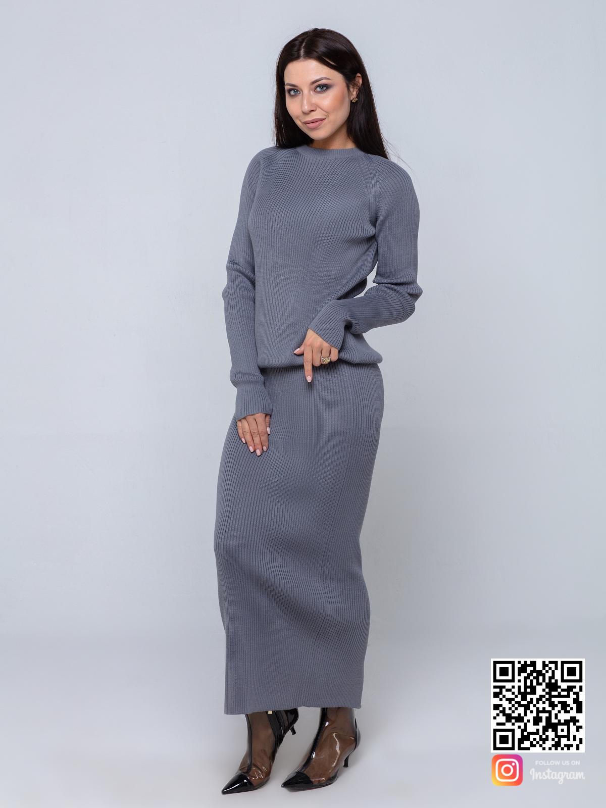 На фотографии серый костюм с юбкой от Shapar, бренда вязаной одежды ручной работы в интернет-магазине связанных спицами вещей.
