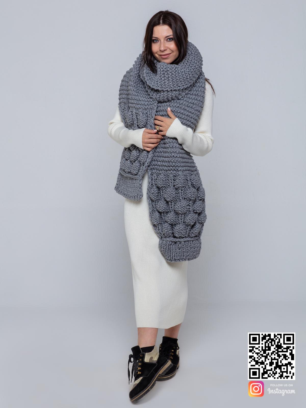 На второй фотографии серый шарф женский от Shapar, бренда вязаной одежды ручной работы в интернет-магазине связанных спицами вещей.