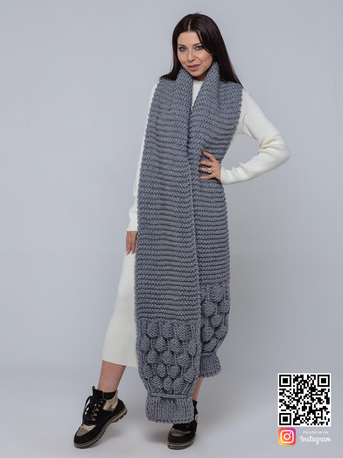 На фотографии длинный серый шарф женский от Shapar, бренда вязаной одежды ручной работы в интернет-магазине связанных спицами вещей.