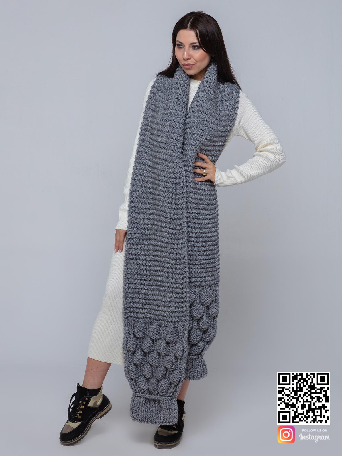 На четвертой фотографии объемный  женский серый шарф от Shapar, бренда вязаной одежды ручной работы в интернет-магазине связанных спицами вещей.