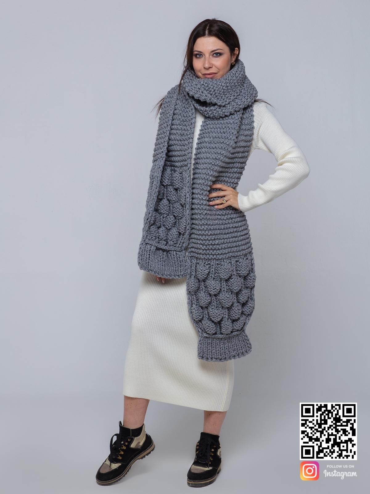 На третьей фотографии серый шарф женский с вязаным узором от Shapar, бренда одежды ручной работы в интернет-магазине связанных спицами вещей.