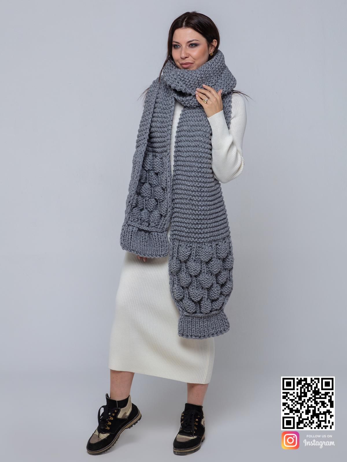 На шестой фотографии модный серый шарф для девушек и женщин от Shapar, бренда вязаной одежды ручной работы в интернет-магазине связанных спицами вещей.