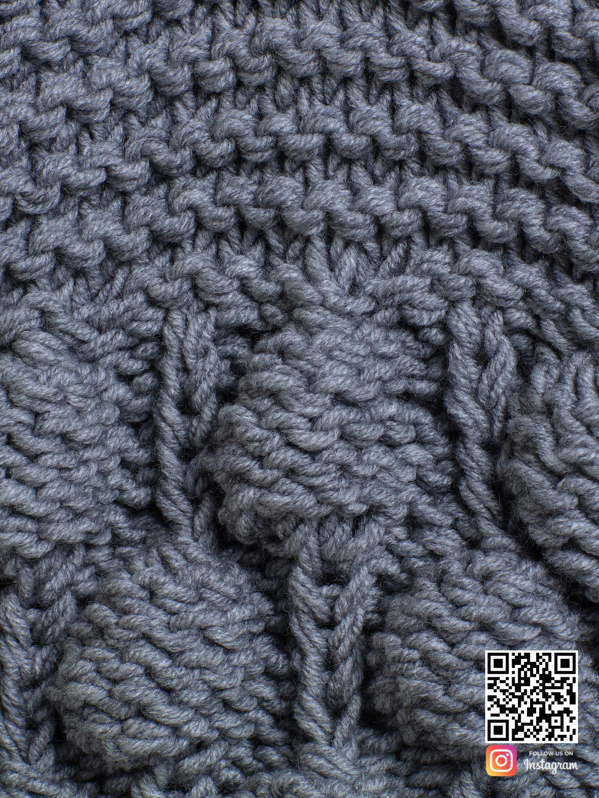 На пятой фотографии серый шарф женский крупным планом от Shapar, бренда вязаной одежды ручной работы в интернет-магазине связанных спицами вещей.