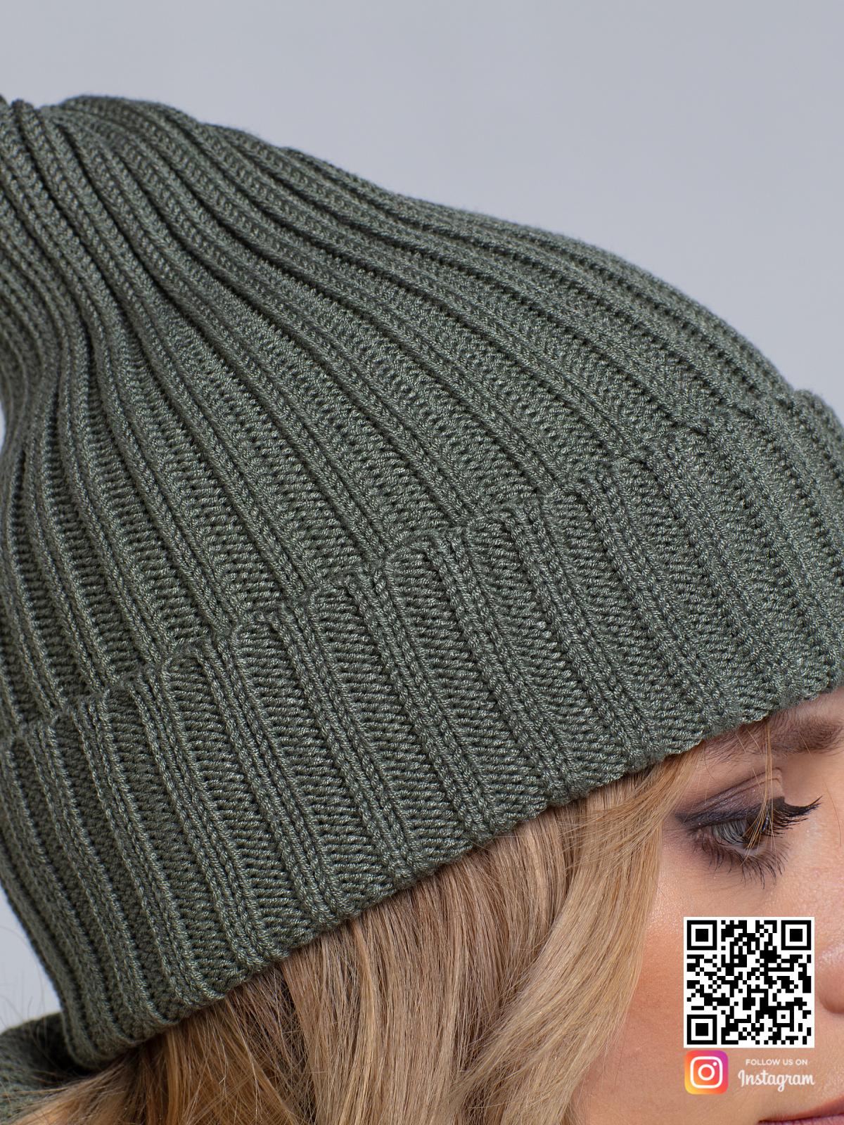 На третьей фотографии шапка и снуд для женщин крупным планом от Shapar, бренда вязаной одежды ручной работы в интернет-магазине связанных спицами вещей.