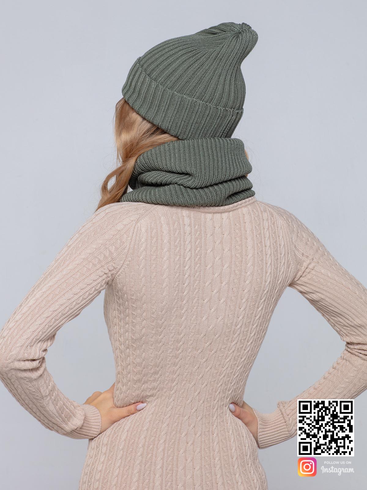 На второй фотографии шапка и снуд для женщин со спины от Shapar, бренда вязаной одежды ручной работы в интернет-магазине связанных спицами вещей.