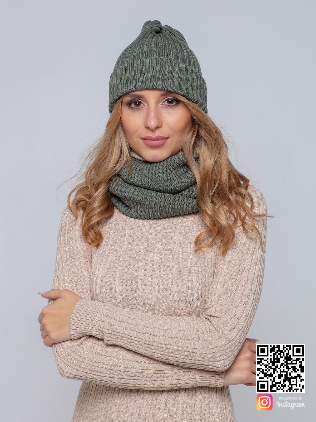 На четвертой фотографии модная трикотажная шапка и снуд для женщин от Shapar, бренда вязаной одежды ручной работы в интернет-магазине связанных спицами вещей.
