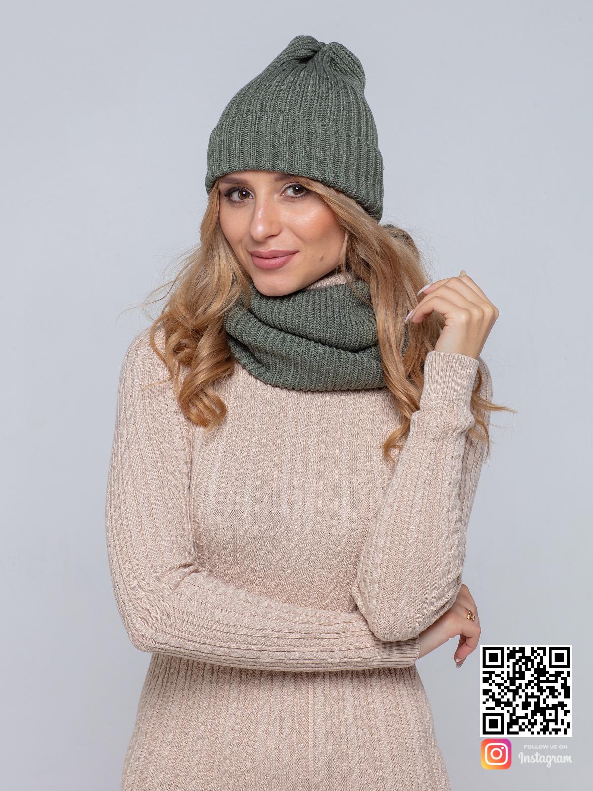 На фотографии шапка и снуд для женщин от Shapar, бренда вязаной одежды ручной работы в интернет-магазине связанных спицами вещей.
