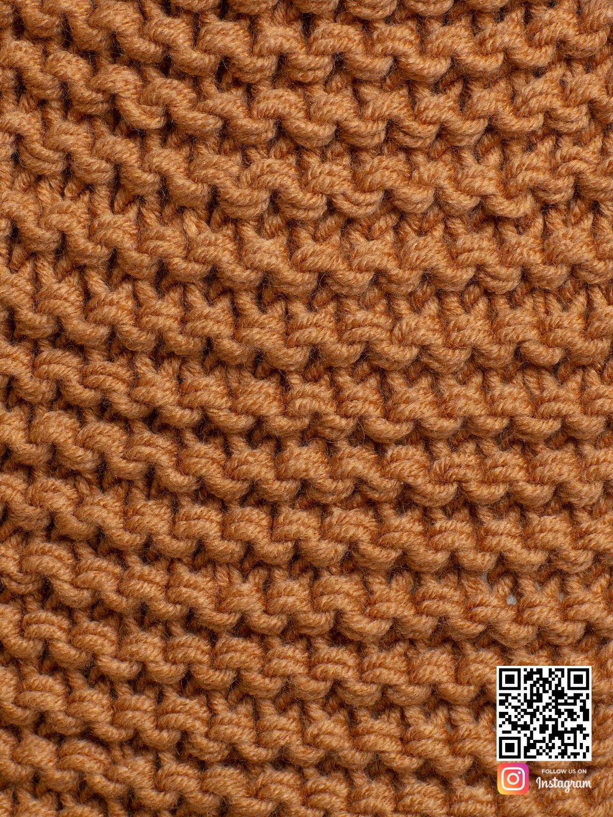На пятой фотографии женский шарф коричневого цвета крупным планом от Shapar, бренда вязаной одежды ручной работы в интернет-магазине связанных спицами вещей.