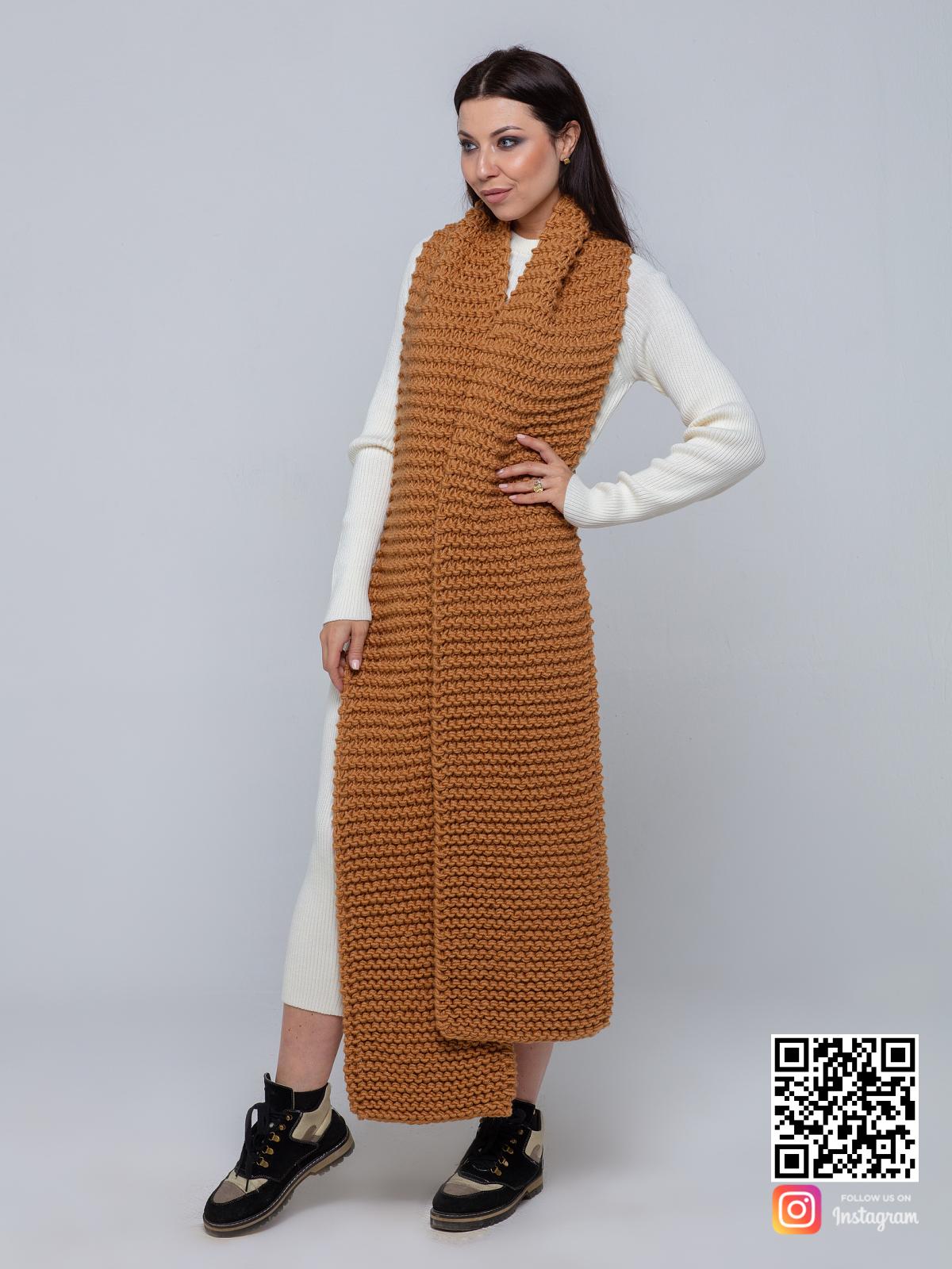На второй фотографии женский длинный шарф коричневого цвета от Shapar, бренда вязаной одежды ручной работы в интернет-магазине связанных спицами вещей.