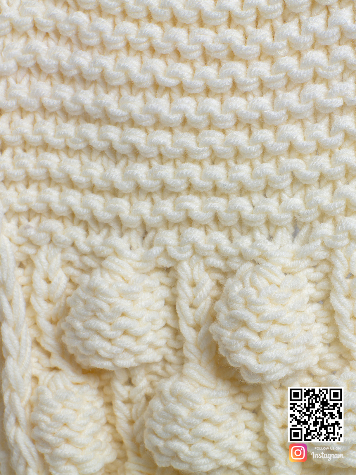 На пятой фотографии стильный теплый шарф молочного цвета от Shapar, бренда вязаной одежды ручной работы в интернет-магазине связанных спицами вещей.