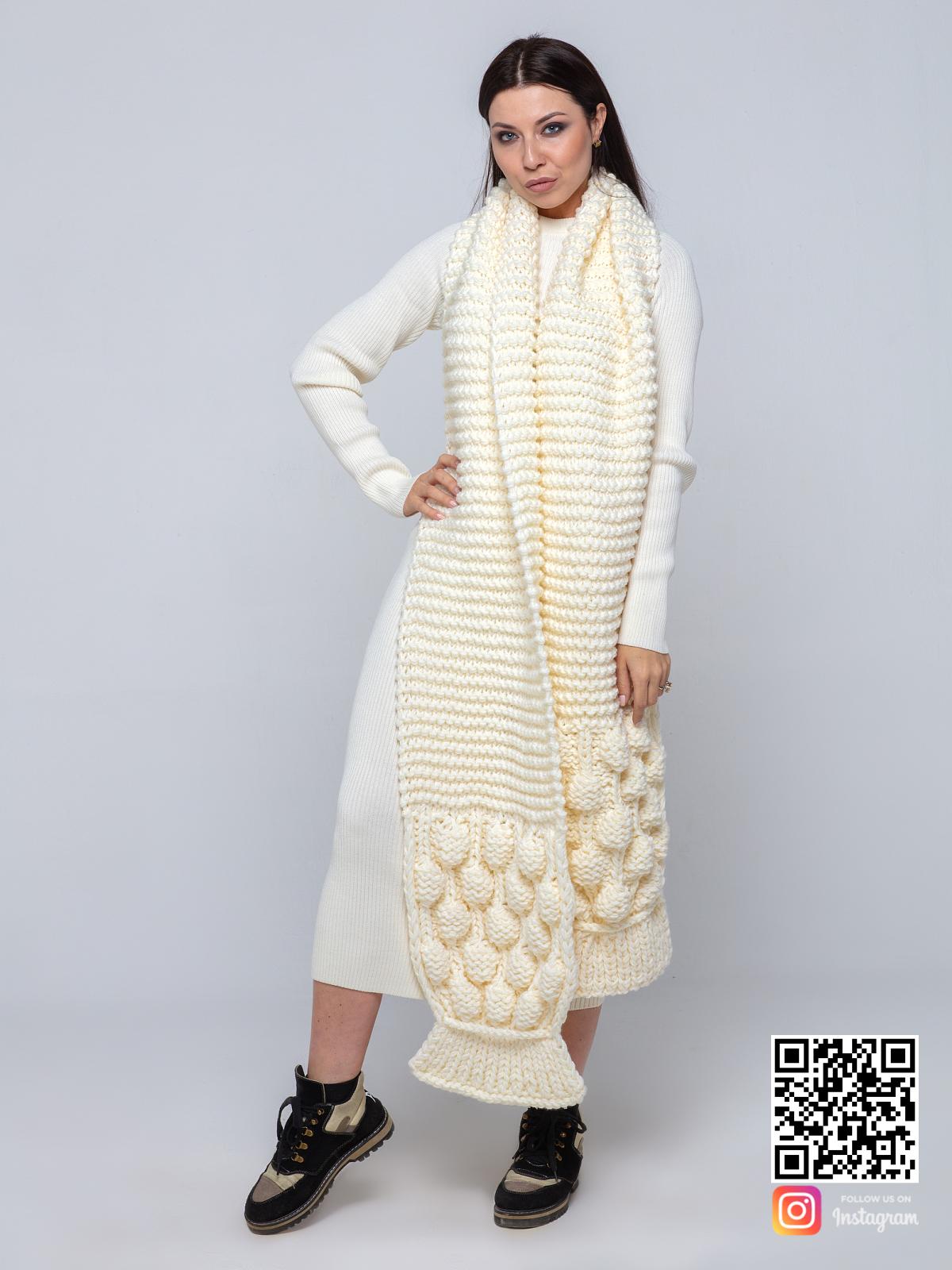 На четвертой фотографии женский шарф молочного цвета крупной вязки от Shapar, бренда вязаной одежды ручной работы в интернет-магазине связанных спицами вещей.