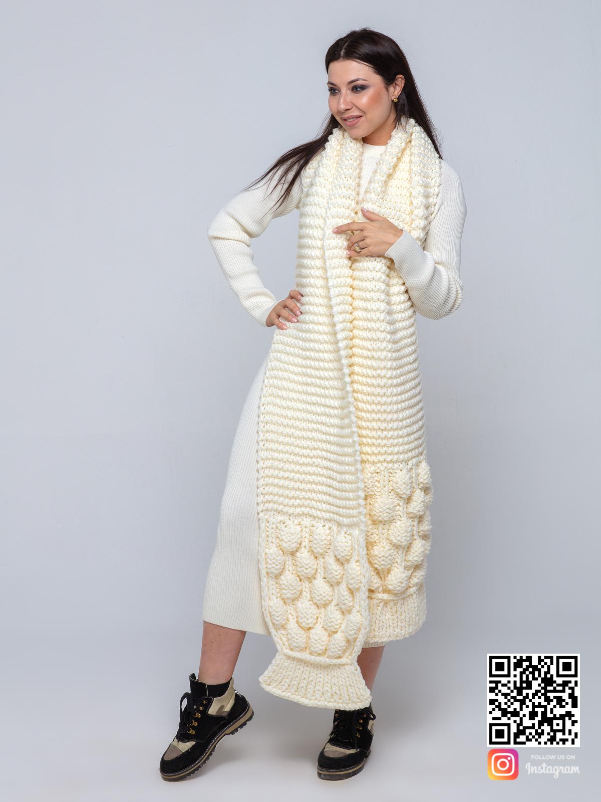 На фотографии шарф молочного цвета от Shapar, бренда вязаной одежды ручной работы в интернет-магазине связанных спицами вещей.
