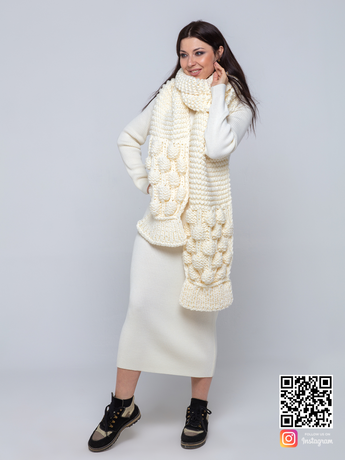 На третьей фотографии женский шарф молочного цвета с узором от Shapar, бренда вязаной одежды ручной работы в интернет-магазине связанных спицами вещей.