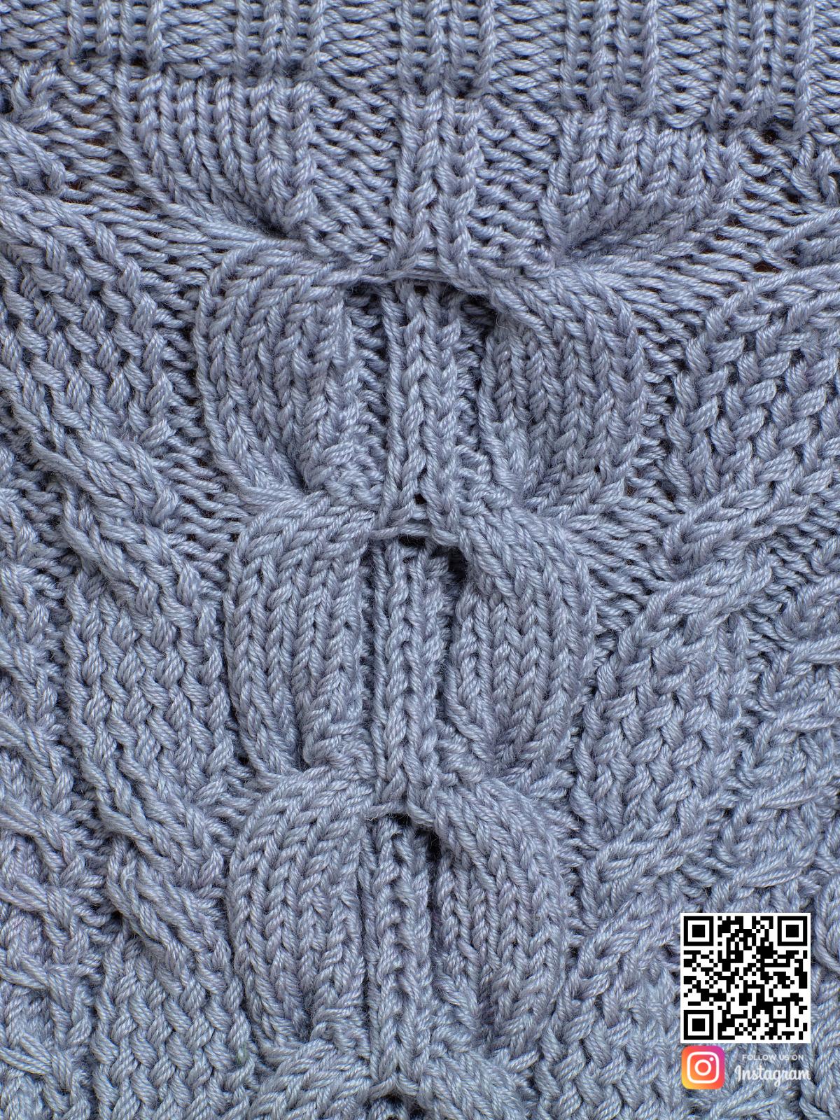 На шестой фотографии женский свитер на одно плечо крупным планом от Shapar, бренда вязаной одежды ручной работы в интернет-магазине связанных спицами вещей.