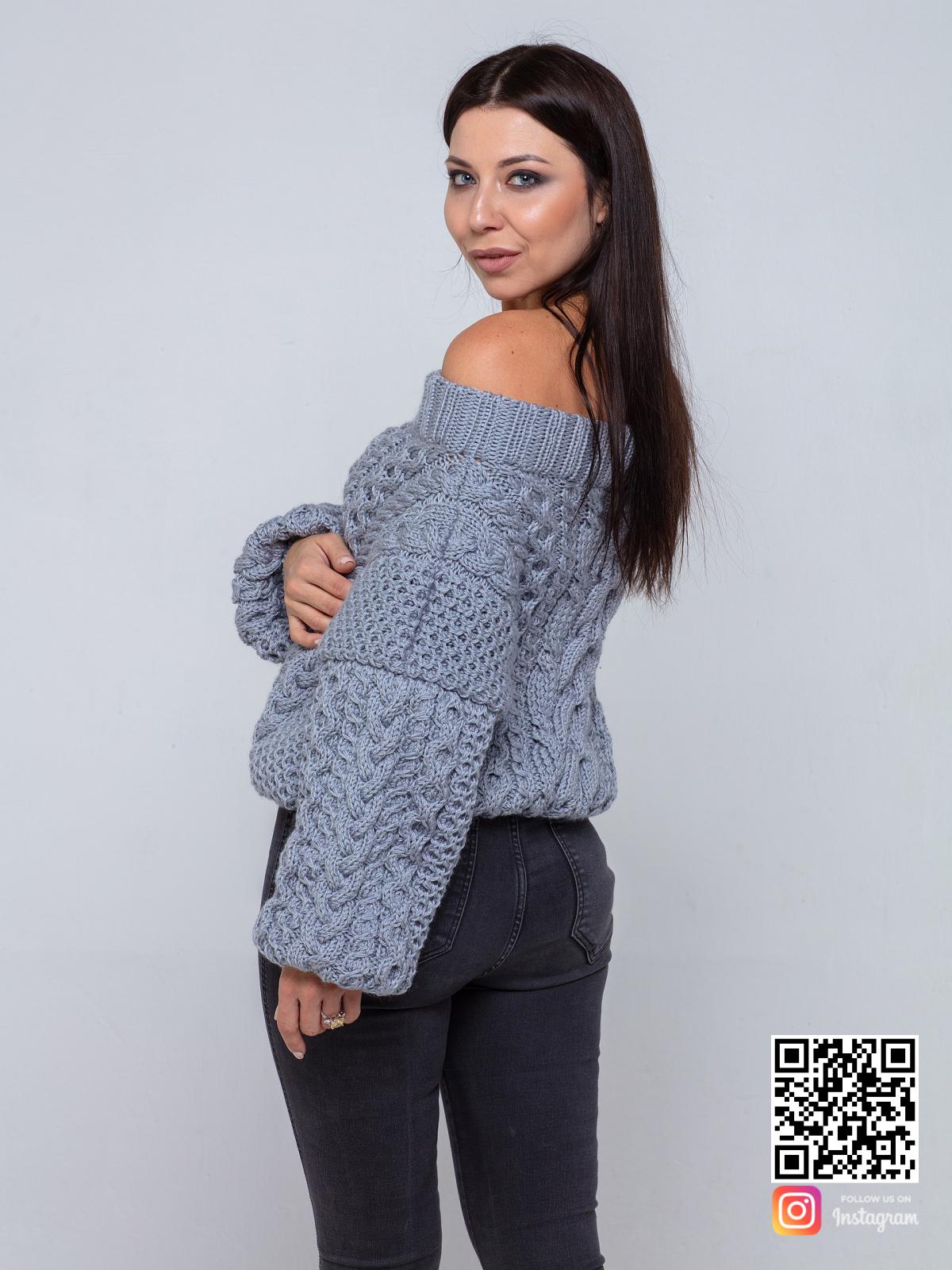 На третьей фотографии женский свитер на одно плечо серого цвета от Shapar, бренда вязаной одежды ручной работы в интернет-магазине связанных спицами вещей.