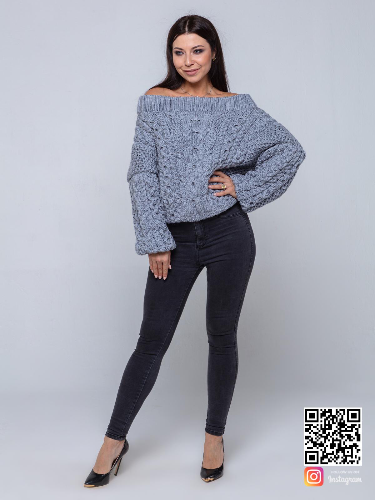 На пятой фотографии модный серый свитер на одно плечо для девушек и женщин от Shapar, бренда вязаной одежды ручной работы в интернет-магазине связанных спицами вещей.