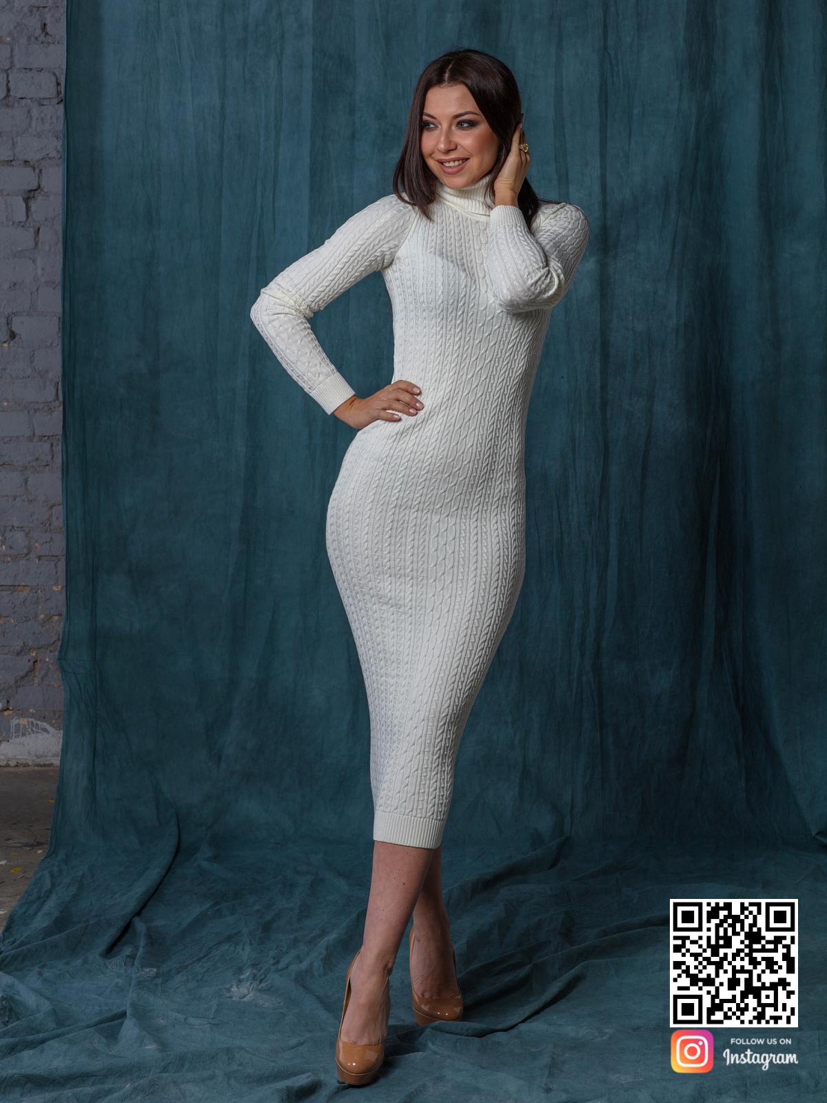 На пятой фотографии трикотажное платье с узором косы в длине миди от Shapar, бренда вязаной одежды ручной работы в интернет-магазине связанных спицами вещей.