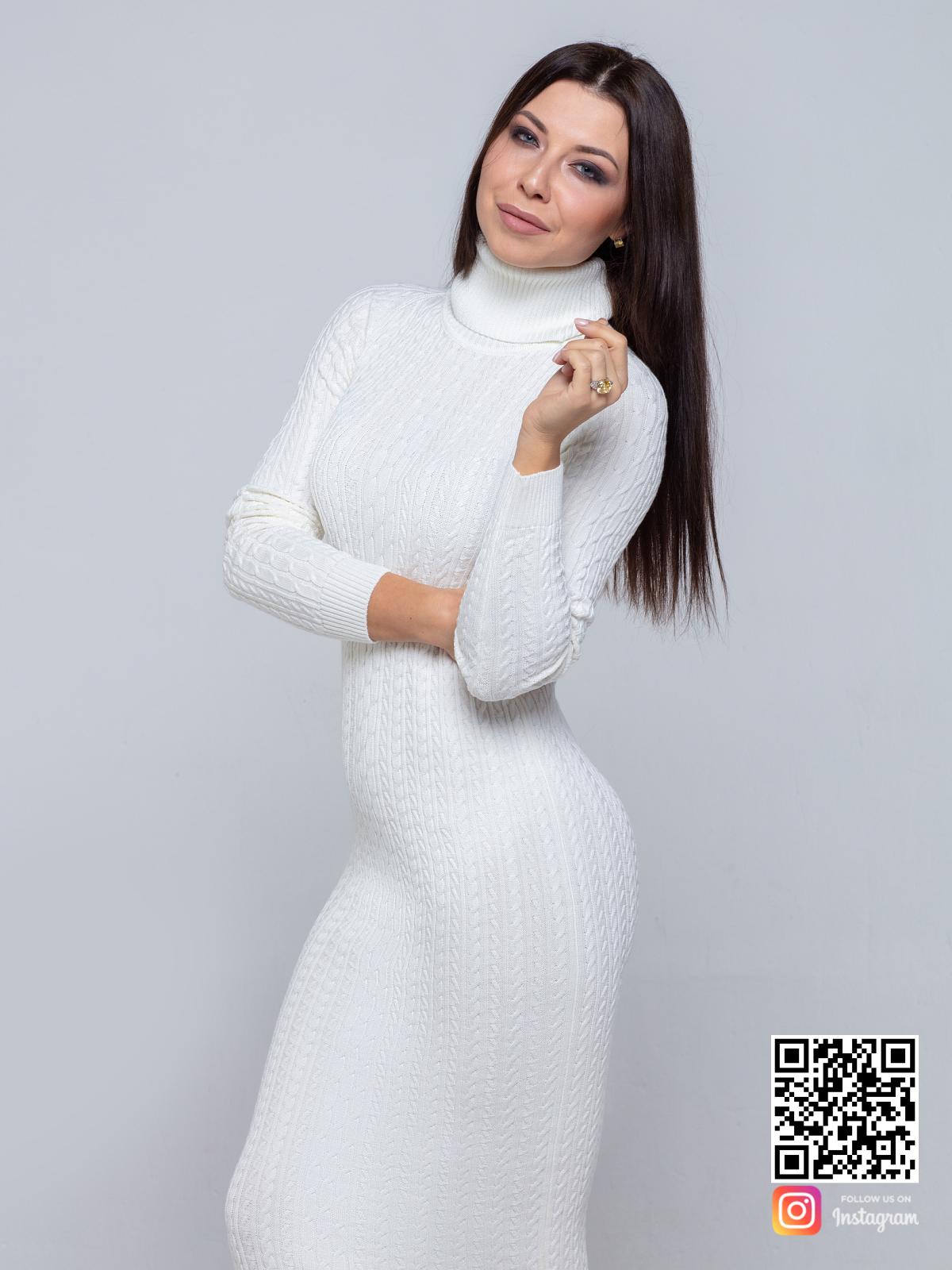 На четвертой фотографии модное трикотажное платье с узором косы белого цвета от Shapar, бренда вязаной одежды ручной работы в интернет-магазине связанных спицами вещей.