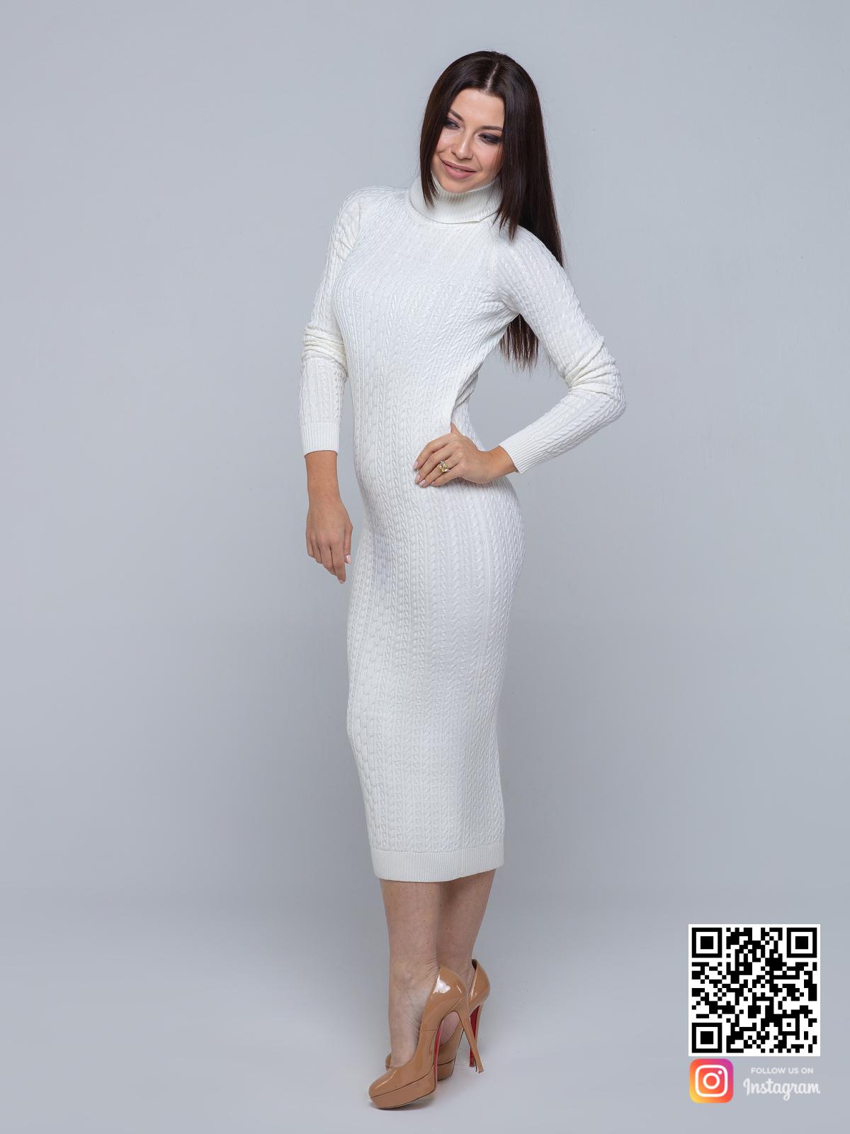 На второй фотографии белое трикотажное платье с узором косы от Shapar, бренда вязаной одежды ручной работы в интернет-магазине связанных спицами вещей.