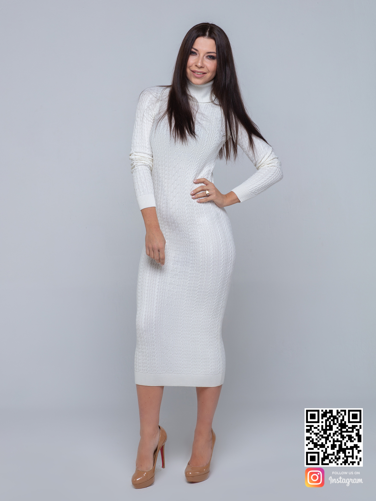На шестой фотографии трикотажное платье с узором косы и воротником стойкой от Shapar, бренда вязаной одежды ручной работы в интернет-магазине связанных спицами вещей.