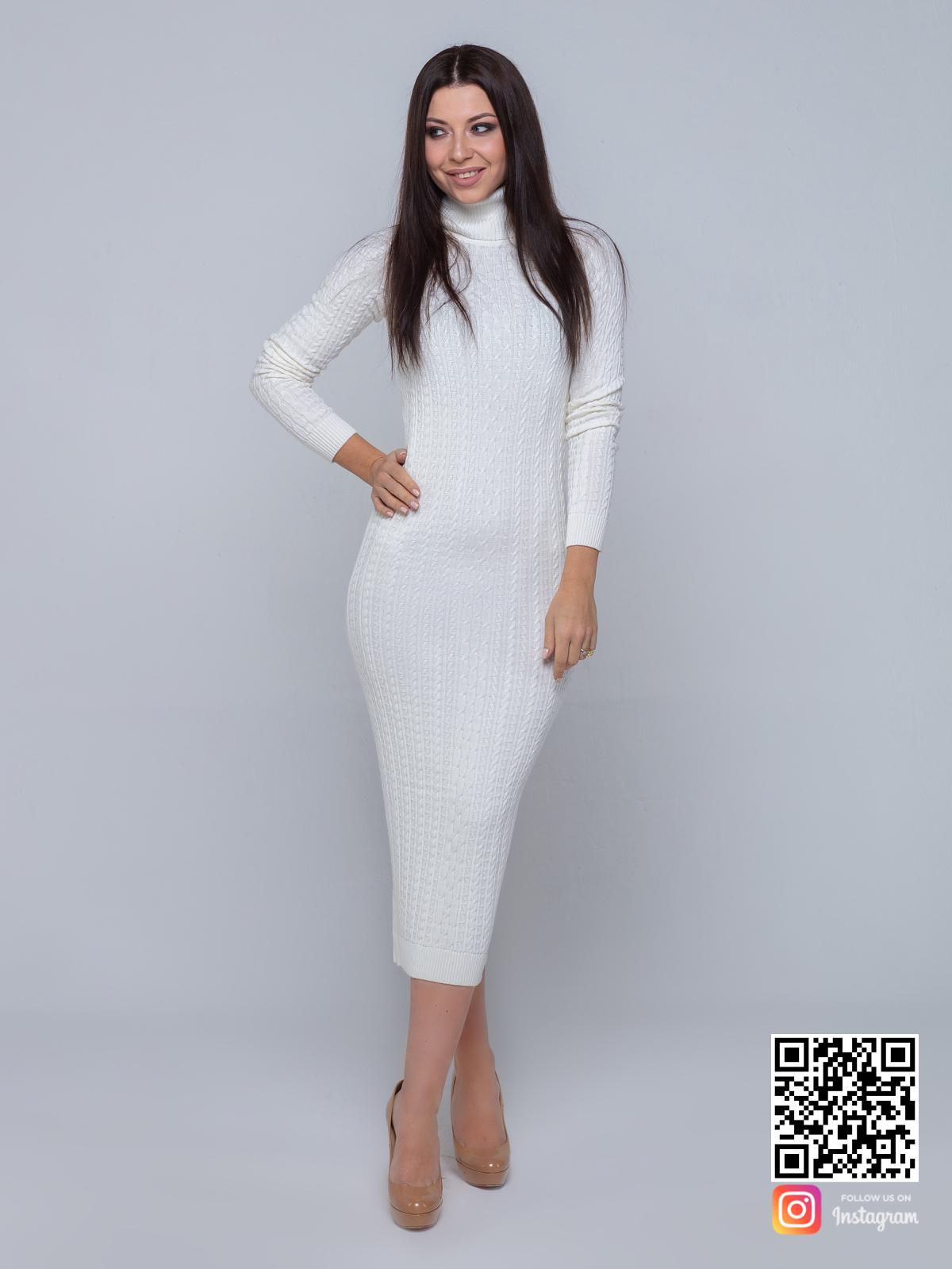 На фотографии трикотажное платье с узором косы от Shapar, бренда вязаной одежды ручной работы в интернет-магазине связанных спицами вещей.