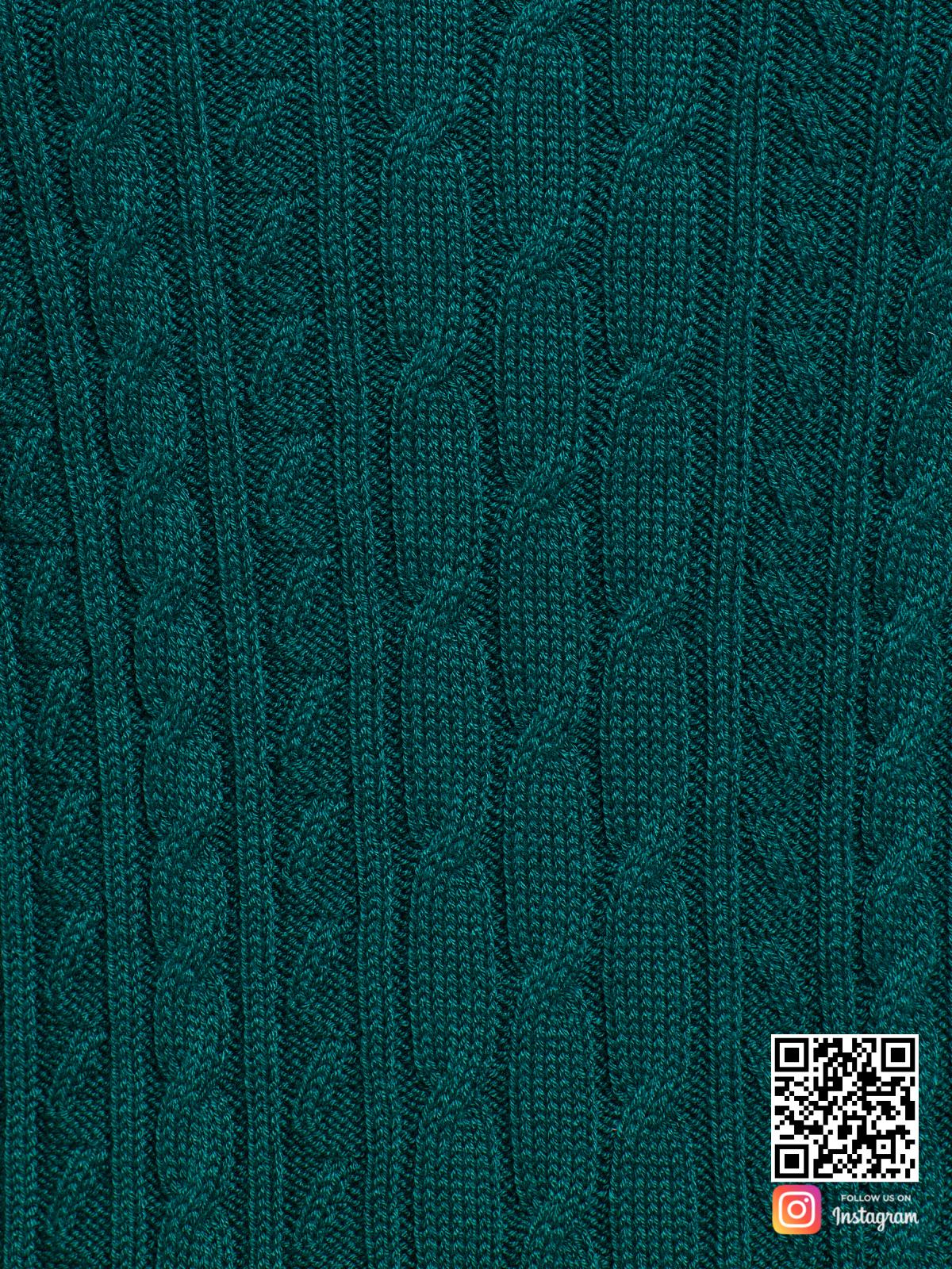 На пятой фотографии зеленое трикотажное платье крупным планом от Shapar, бренда вязаной одежды ручной работы в интернет-магазине связанных спицами вещей.
