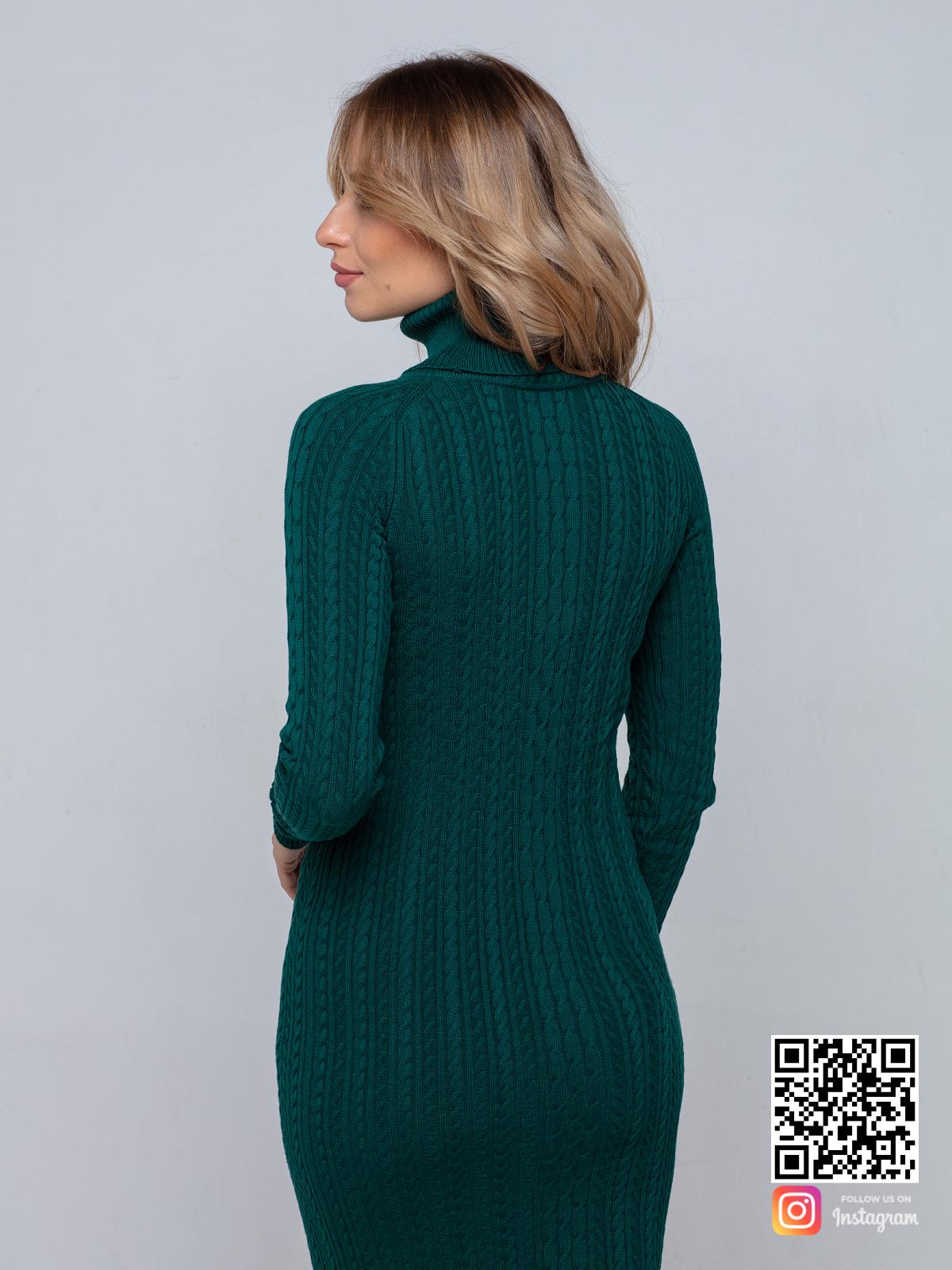 На второй фотографии зеленое трикотажное платье со спины от Shapar, бренда вязаной одежды ручной работы в интернет-магазине связанных спицами вещей.