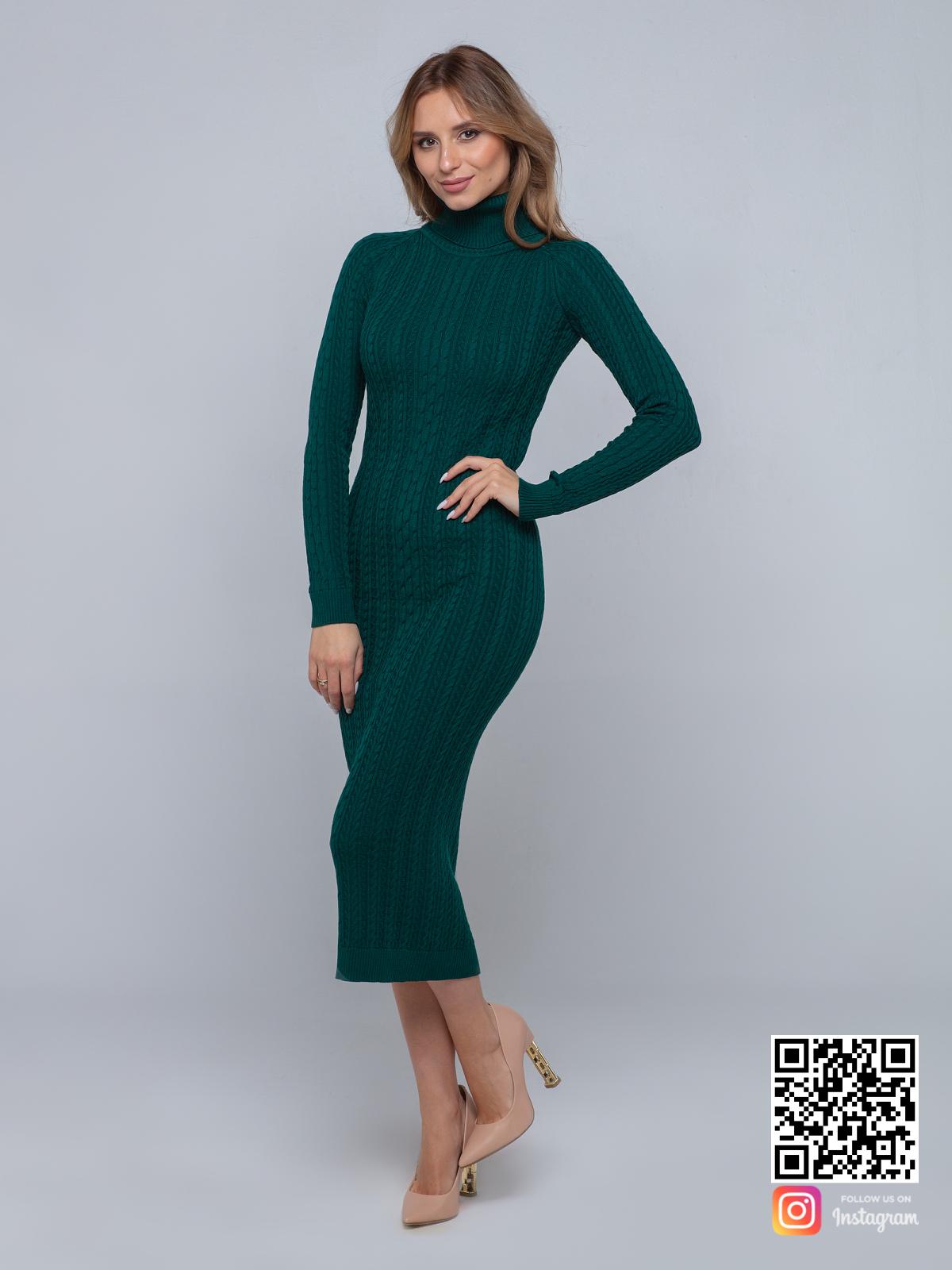 На фотографии зеленое трикотажное платье от Shapar, бренда вязаной одежды ручной работы в интернет-магазине связанных спицами вещей.