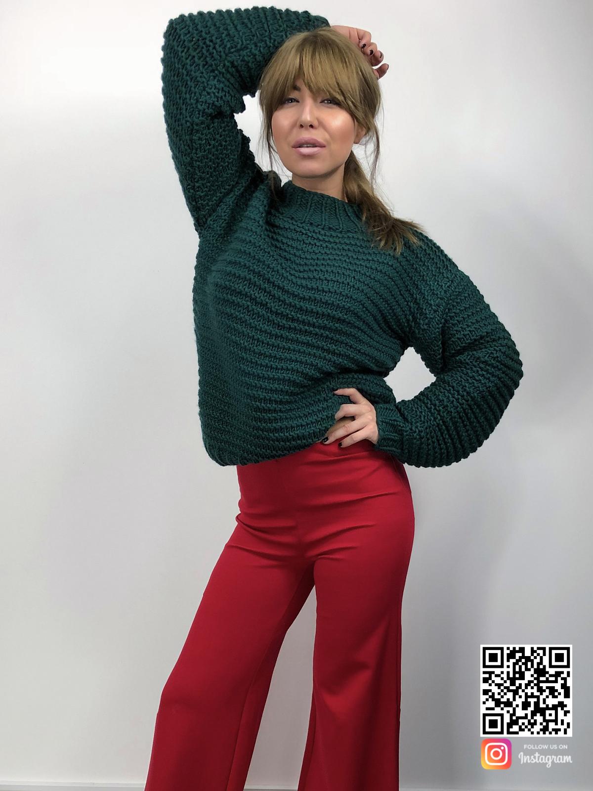 На шестой фотографии стильный зеленый вязаный свитер от Shapar, бренда женской одежды ручной работы в интернет-магазине связанных спицами вещей.