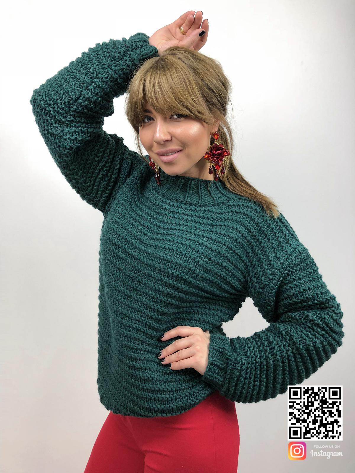 На фотографии зеленый вязаный свитер от Shapar, бренда одежды ручной работы в интернет-магазине связанных спицами вещей.