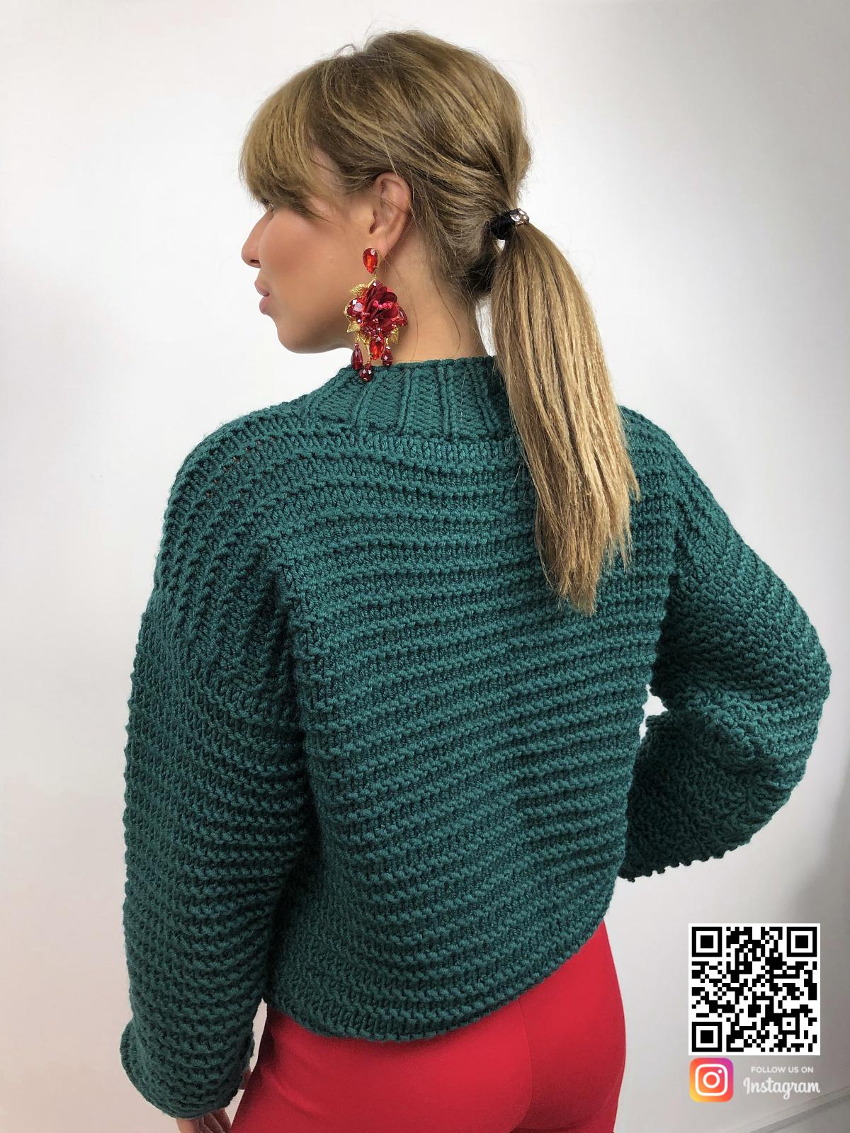 На второй фотографии зеленый вязаный свитер со спины от Shapar, бренда одежды ручной работы в интернет-магазине связанных спицами вещей.