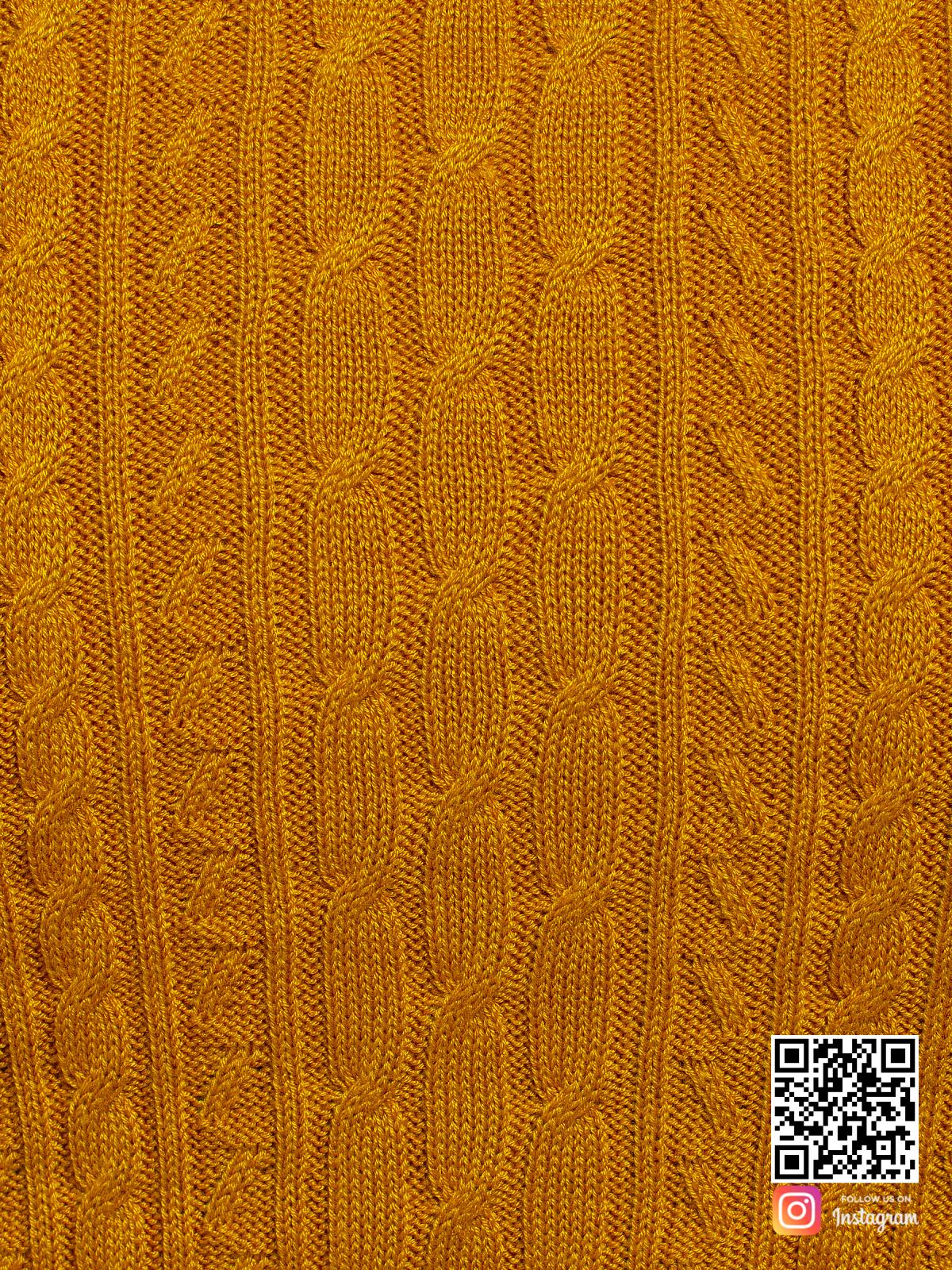 На шестой фотографии желтое трикотажное платье крупным планом от Shapar, бренда вязаной одежды ручной работы в интернет-магазине связанных спицами вещей.