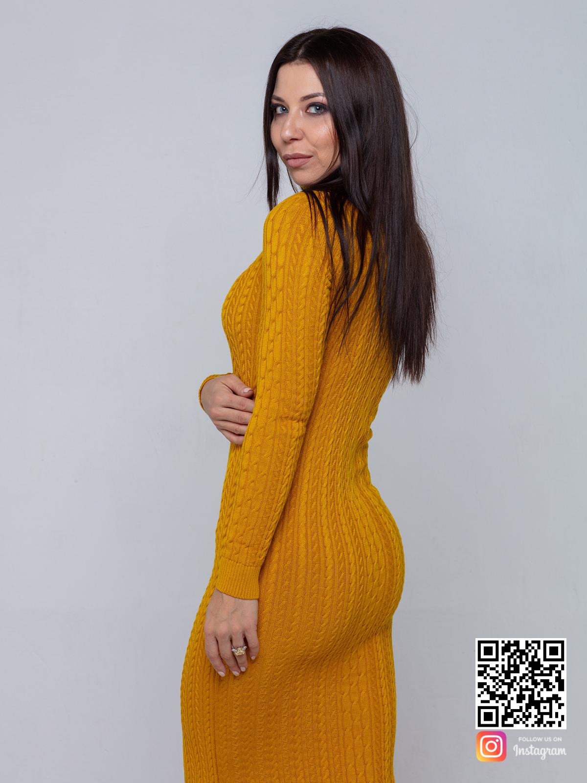 На второй фотографии желтое трикотажное платье со спины от Shapar, бренда вязаной одежды ручной работы в интернет-магазине связанных спицами вещей.