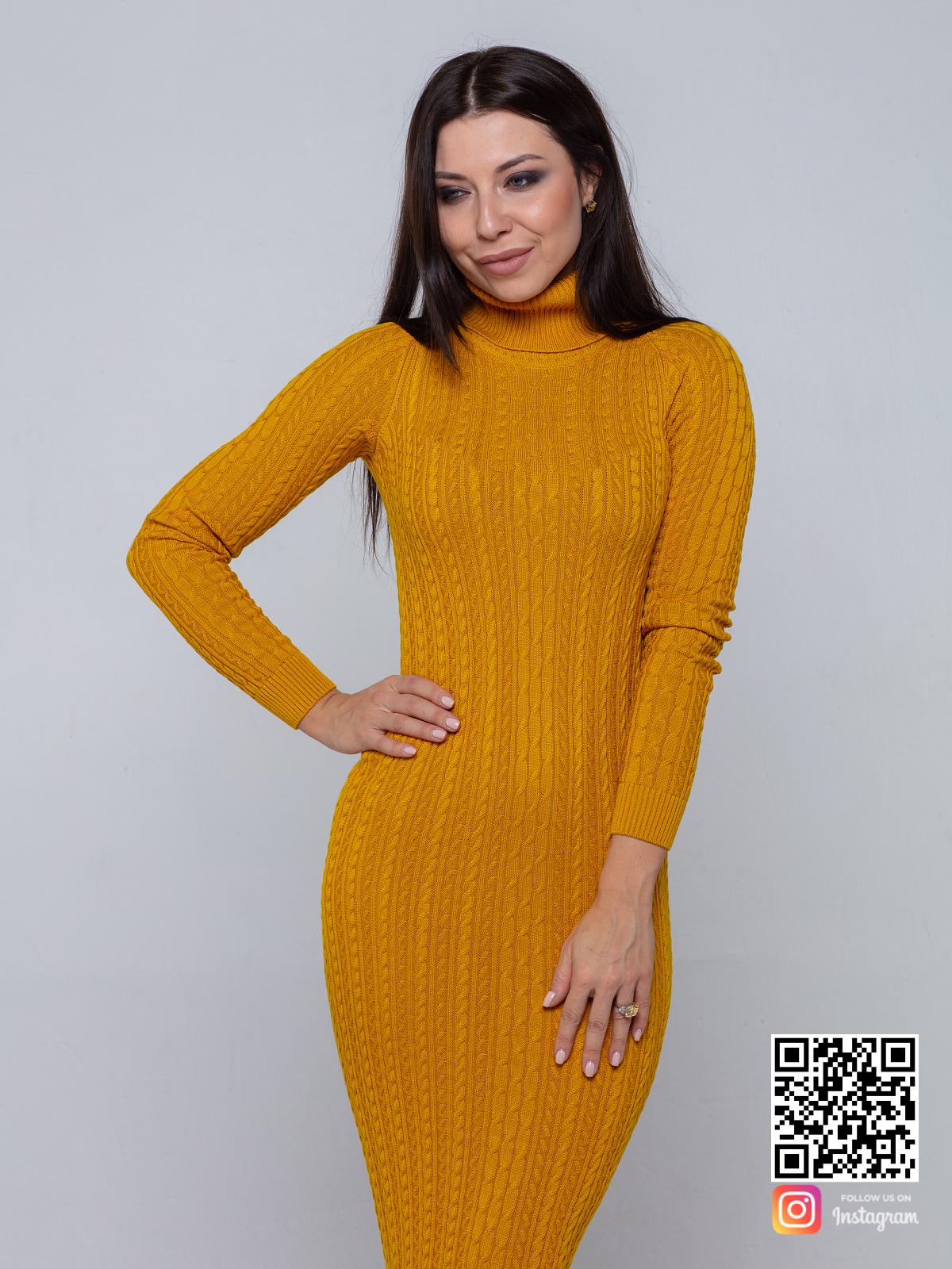 На четвертой фотографии желтое трикотажное платье с воротником стойкой от Shapar, бренда вязаной одежды ручной работы в интернет-магазине связанных спицами вещей.