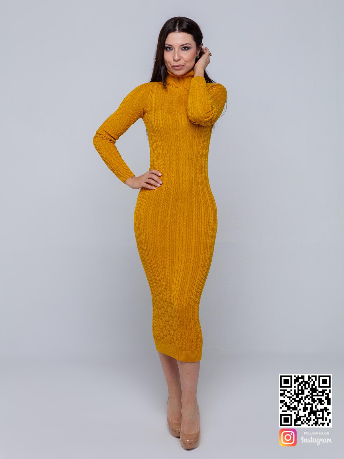 На фотографии желтое трикотажное платье от Shapar, бренда вязаной одежды ручной работы в интернет-магазине связанных спицами вещей.