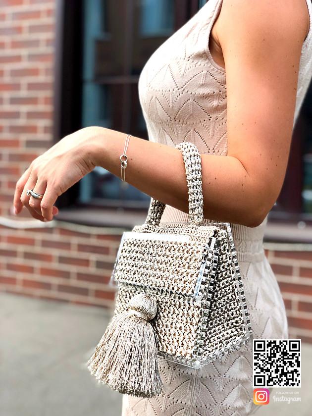 На фотографии женская золотая сумка от Shapar, бренда вязаных аксессуаров и одежды ручной работы в интернет-магазине связанных спицами вещей.
