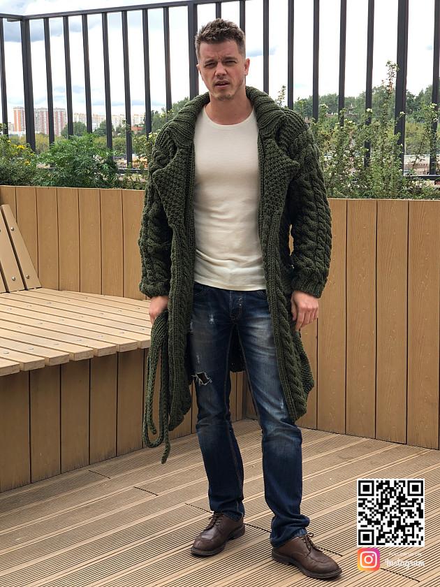 На фотографии зеленый кардиган мужской от Shapar, бренда вязаной одежды ручной работы в интернет-магазине связанных спицами вещей.