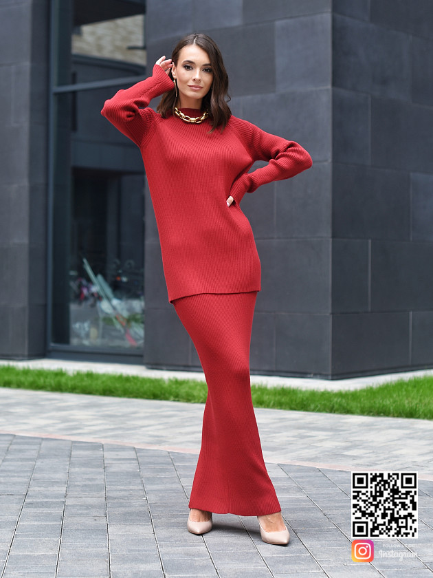 На фотографии бордовый костюм с юбкой женский от Shapar, бренда вязаной одежды ручной работы в интернет-магазине связанных спицами вещей.