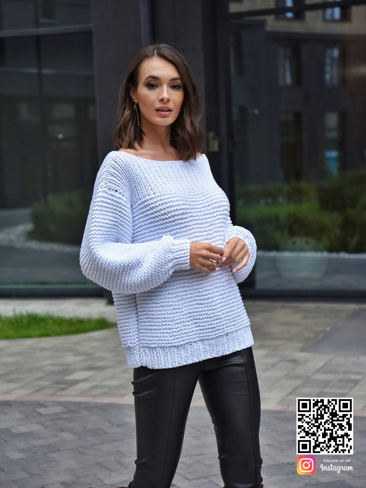 На четвертой фотографии летний вязаный свитер с вырезом лодочкой от Shapar, бренда одежды ручной работы в интернет-магазине связанных спицами вещей.