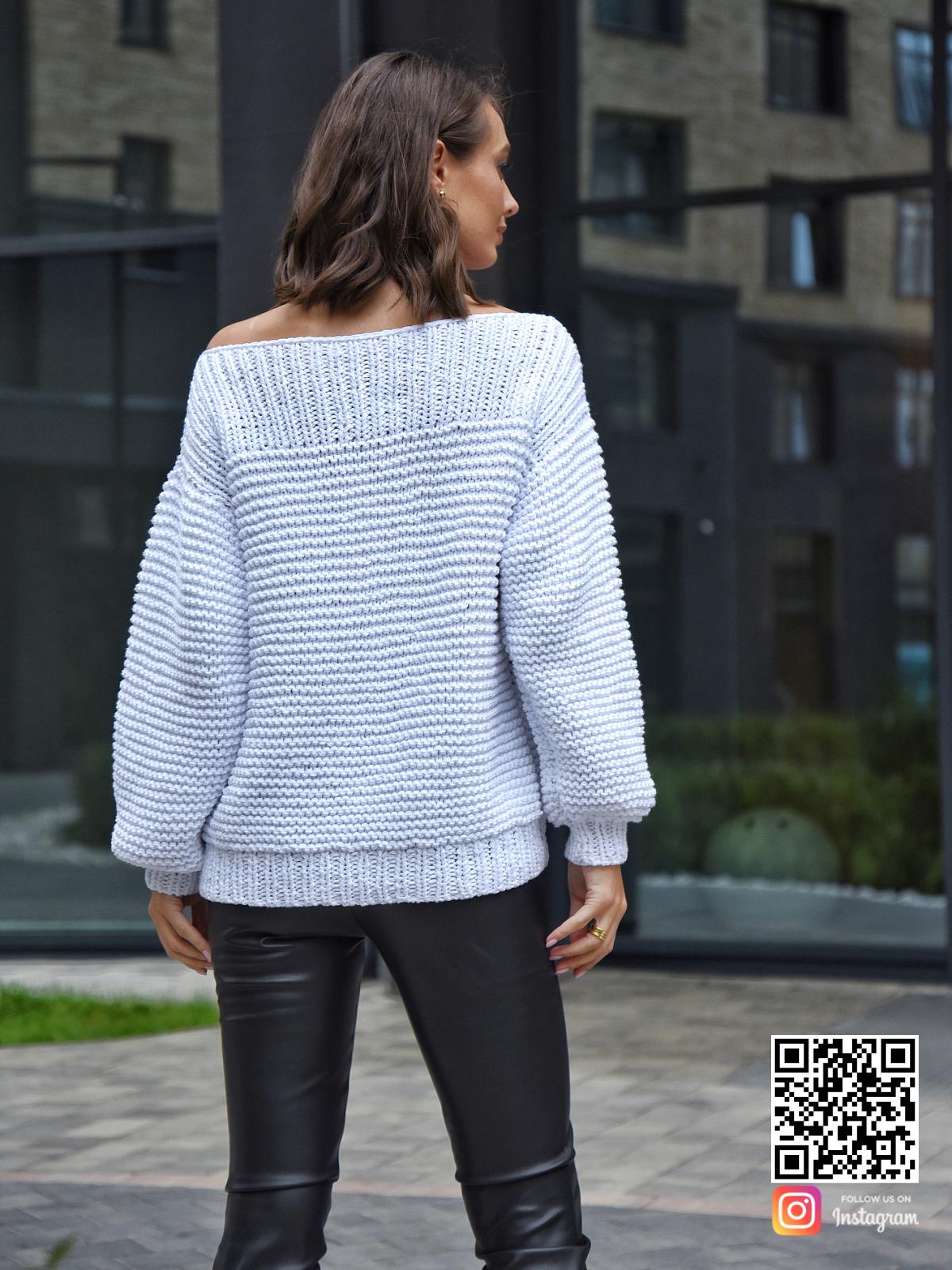 На второй фотографии летний вязаный свитер со спины от Shapar, бренда одежды ручной работы в интернет-магазине связанных спицами вещей.