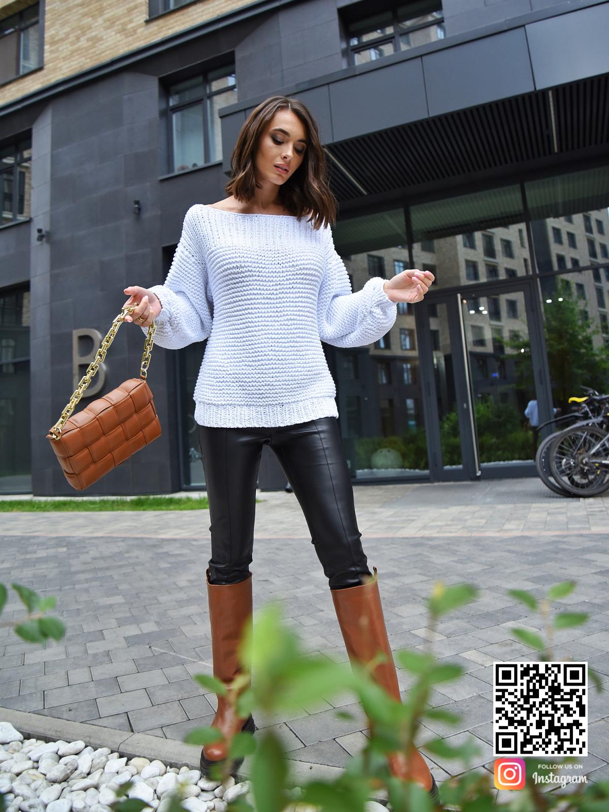 На третьей фотографии белый летний вязаный свитер от Shapar, бренда одежды ручной работы в интернет-магазине связанных спицами вещей.