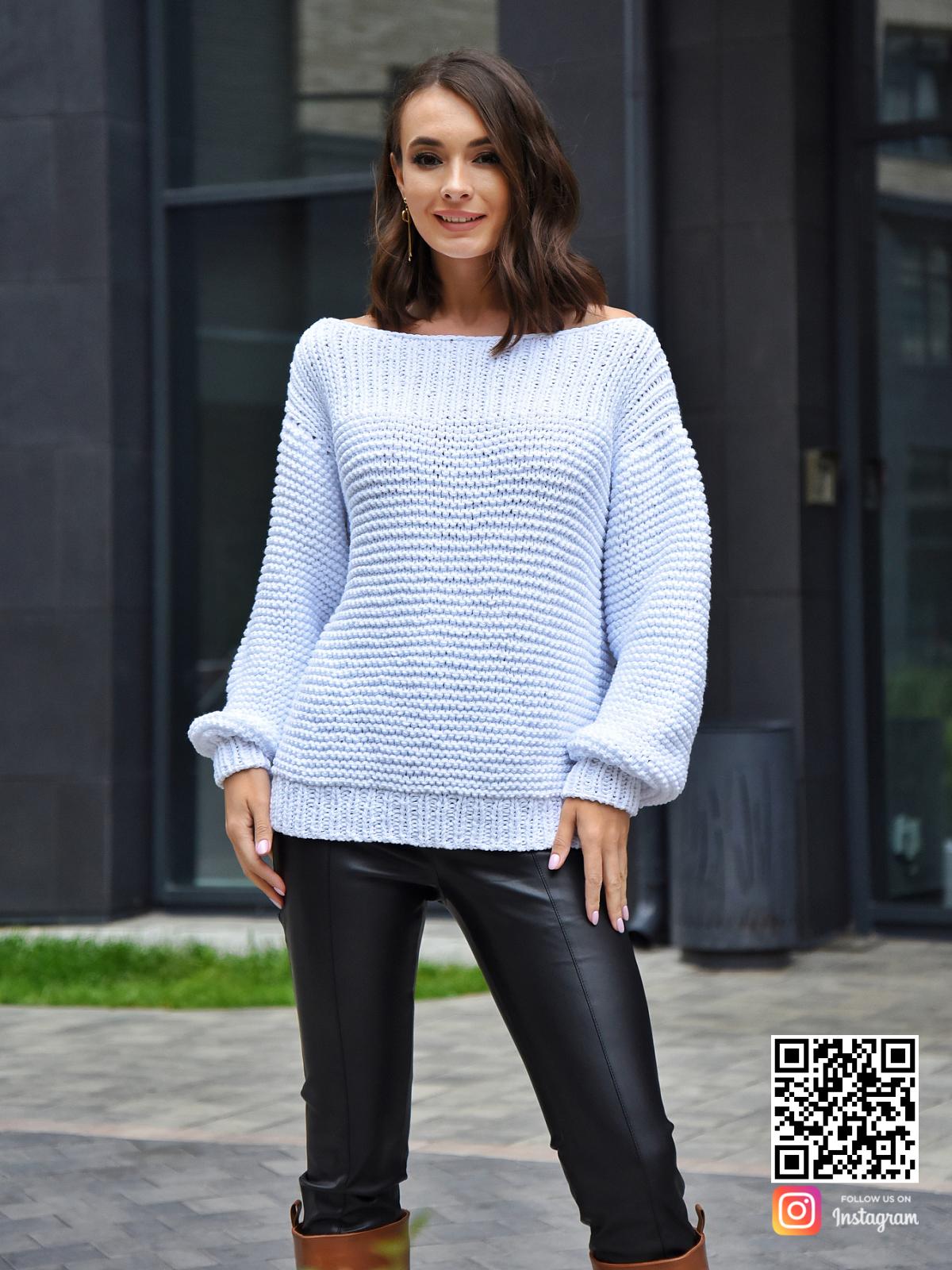 На фотографии летний вязаный свитер от Shapar, бренда одежды ручной работы в интернет-магазине связанных спицами вещей.