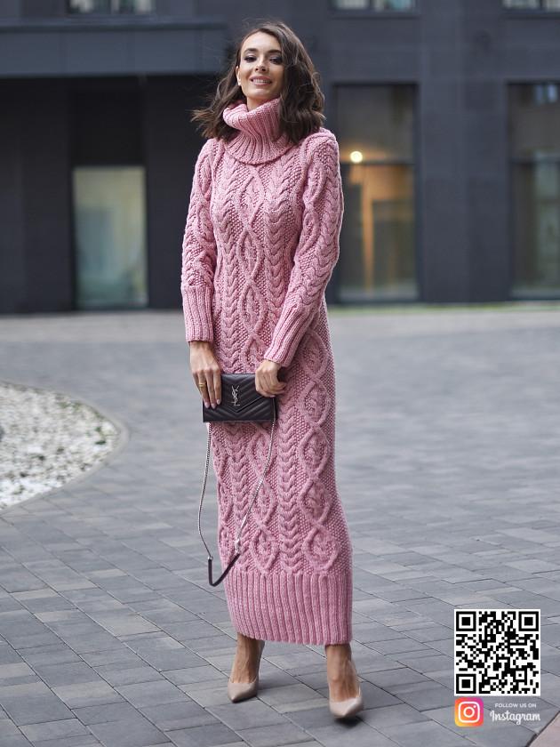 На фотографии розовое вязаное платье от Shapar, бренда женской одежды ручной работы в интернет-магазине связанных спицами вещей.