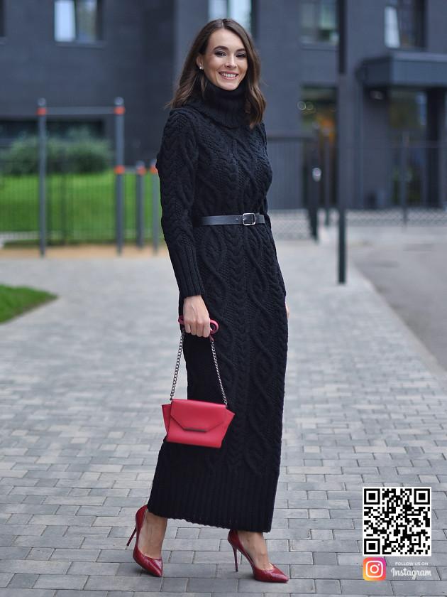 На фотографии черное шерстяное вязаное платье от Shapar, бренда женской одежды ручной работы в интернет-магазине связанных спицами вещей.