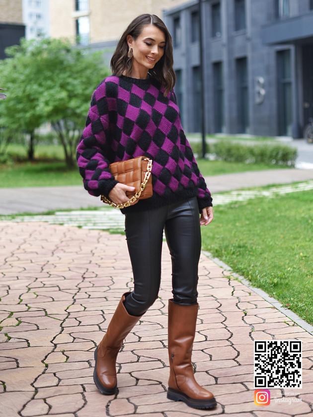 На фотографии женский свитер с ромбами от Shapar, бренда вязаной одежды ручной работы в интернет-магазине связанных спицами вещей.