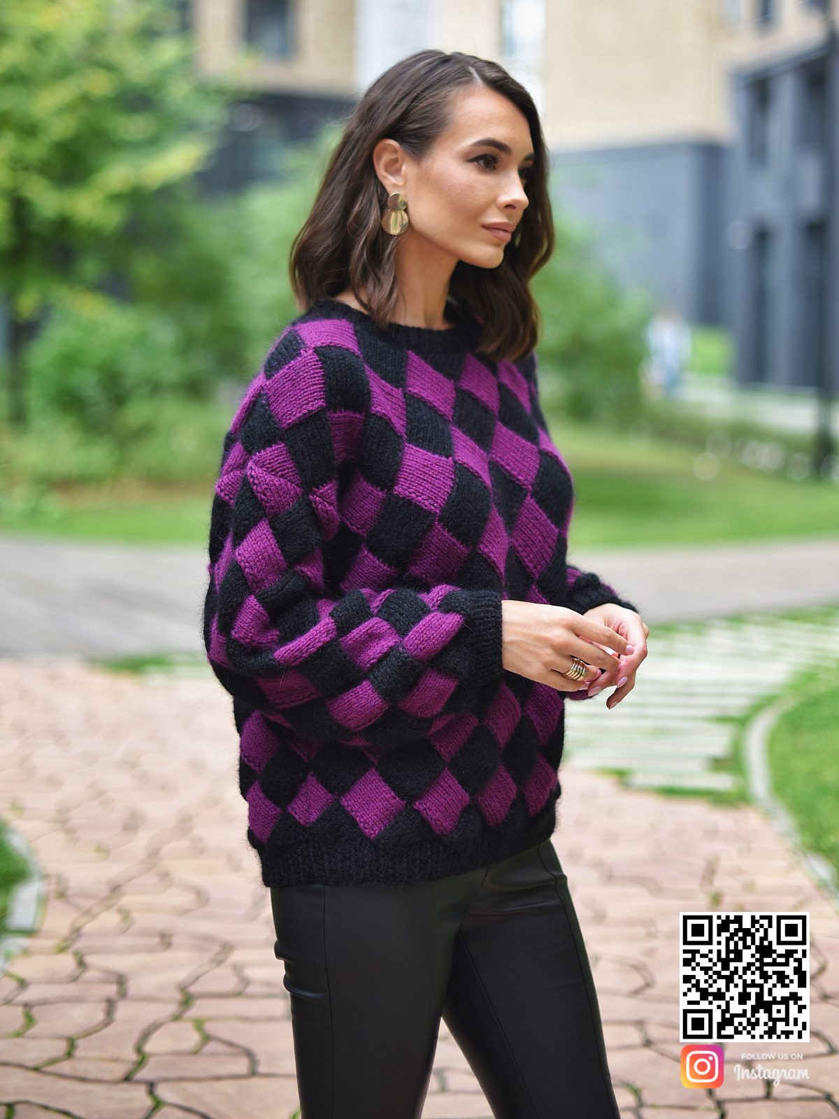 На четвертой фотографии двухцветный свитер с орнаментом в виде ромбов от Shapar, бренда вязаной одежды ручной работы в интернет-магазине связанных спицами вещей.