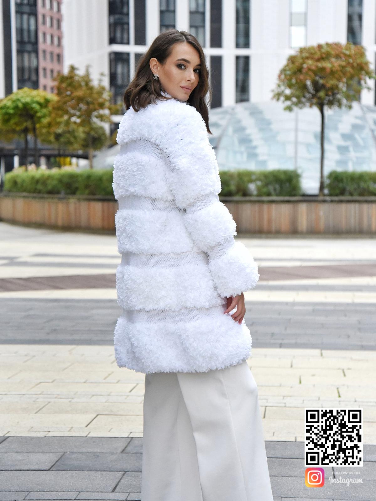 На второй фотографии вязаная шуба белая со спины от Shapar, бренда одежды ручной работы в интернет-магазине связанных спицами вещей.